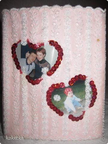 Идейку эту увидела в каком-то журнале. Там было одно сердце большое и кружево с розами. А у меня получилось два сердца. В одном я с мужем, а в другом  наша любимая дочка. Эту рамочку я делала несколько лет назад, теперь пришлось бы делать и третье сердце - так как у нас есть уже и сыночек. фото 1