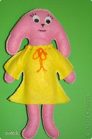 """Вот и наша зайка- символ нового года- готова!  Выкройку нашла в журнале """"Бурда"""" детская мода 1- 2003. Перенесла ее на бумагу, а вырезала и сшивала дочка.  фото 1"""