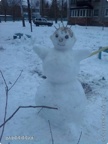 На улице,красота!Вчера целый день шёл снег,а сегодня +2.Не смогли с сыном долго наблюдать из окни,как резвится детвора...И вот,что у нас получилось! фото 1