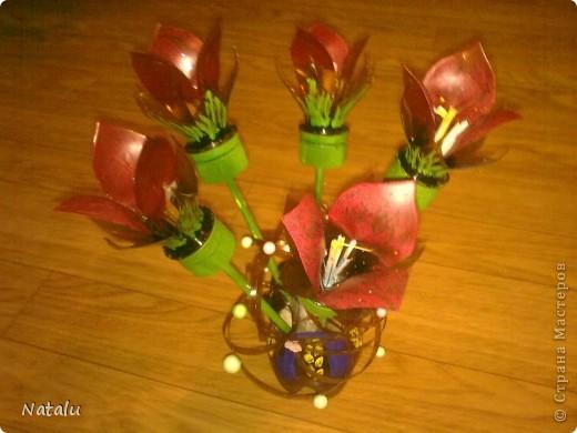 Букет и вазочка сделаны из пластиковых бутылок. фото 1