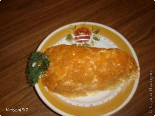 Рыжий кот. Слоями выкладывала. 1- картошка (пюре), 2- обжаренная курица, 3- лук обжаривала с грибами (шампиньоны), 4- яйца на терке. 5- тертый сыр.  Сверху тертая морковка, глаза- белки и маслины, мордочка- сыр с майонезом и чесноком (начинка для фаршированных помидоров), усы- белок яичный, рот- колбаска. Все слои промазывала майонезом. фото 4