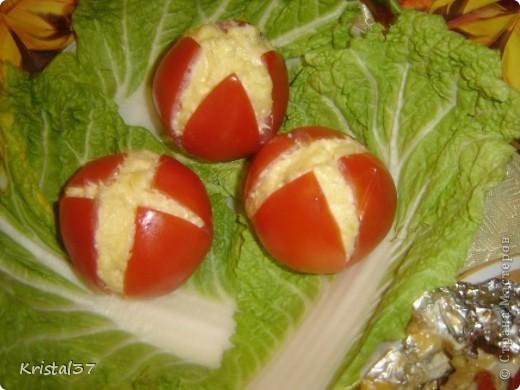 Рыжий кот. Слоями выкладывала. 1- картошка (пюре), 2- обжаренная курица, 3- лук обжаривала с грибами (шампиньоны), 4- яйца на терке. 5- тертый сыр.  Сверху тертая морковка, глаза- белки и маслины, мордочка- сыр с майонезом и чесноком (начинка для фаршированных помидоров), усы- белок яичный, рот- колбаска. Все слои промазывала майонезом. фото 7