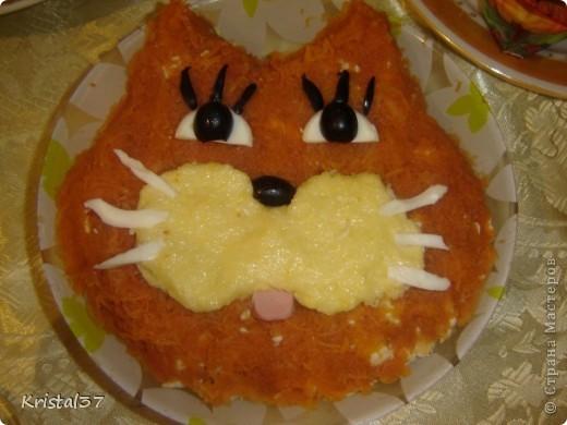 Рыжий кот. Слоями выкладывала. 1- картошка (пюре), 2- обжаренная курица, 3- лук обжаривала с грибами (шампиньоны), 4- яйца на терке. 5- тертый сыр.  Сверху тертая морковка, глаза- белки и маслины, мордочка- сыр с майонезом и чесноком (начинка для фаршированных помидоров), усы- белок яичный, рот- колбаска. Все слои промазывала майонезом. фото 1