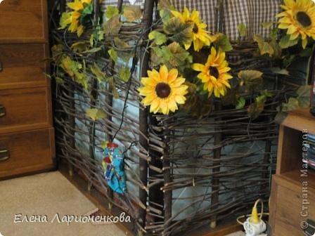Я живу в своем доме, хоть у нас есть газ и все к нему прилегающее(котел, батареи и т.д.),тем не менее печку, угольную, мой муж не захотел убирать. Мне она совсем не нравится, тем болееона расположена  в середине дома, вот и пришлось так ее задекорировать. Здесь нашли место себе и цветы, и рыбки в аквариуме, и мои поделки. фото 2