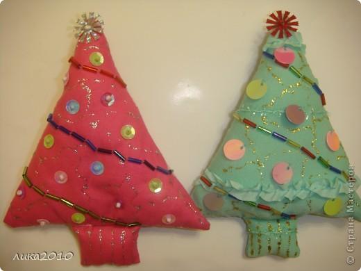 Вот такие ёлочки- подвески делаем на работе для Рождественской ярмарки. Осталось петелечку пришить. Может идейка кому-то пригодится. Остатки тканюшек, синтепон, нитки, пайетки и елочка готова!