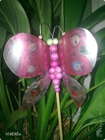 Берем пластиковую бутылку и вырезаем силуэт бабочки. Скибаем в местах соеденения крылышек и туловища. Приклееваем бабочку на деревяную шпажку и раскрашиваем. Эта бабочка раскрашена старым лаком для ногтей. фото 1