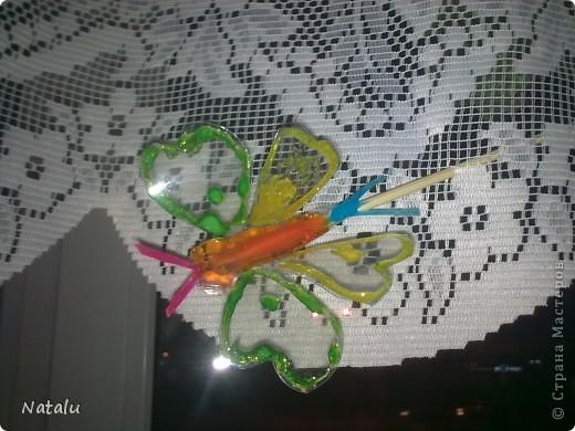 Берем пластиковую бутылку и вырезаем силуэт бабочки. Скибаем в местах соеденения крылышек и туловища. Приклееваем бабочку на деревяную шпажку и раскрашиваем. Эта бабочка раскрашена старым лаком для ногтей. фото 3