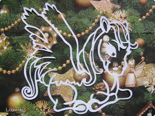 """Какого цвета Новый год для вас? Оранжевый - цвета мандаринов, зеленый - цвета елки или розовый? Помните? """"Яблоки на снегу  розовые на белом..."""" Наверное, все таки белый: цвет снега, морозных узоров на стекле и падающих в синих сумерках снежинок. Вот и порисуем белым на стекле. фото 2"""