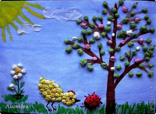 Задача - поделка для детского сада из бросового материала. Решили сделать с сыном картинку из обрывков разноцветных салфеток, скрученных в шарики. Сначала нарвали клочки салфеток, затем сидя перед ТВ накрутили несколько мисочек разноцветных шариков. Чтобы шарики легче и плотнее крутились, пальчики чуть-чуть смачивали водой. Занятие конечно монотонное и для ребёнка утомительное, зато какая зарядка для пальчиков! За вечер совместных стараний получилось много шариков. Часть их ушла на эту картинку. Из оставшихся шариков сделали поделки для своих мам (на 8 марта)  два друга моего сына, которых мы пригласили к себе домой. Работа кипела, лепить шарики в нарисованные мною контуры и раскрашивать их детям (5-6 лет) очень понравилось, результат их порадовал.  фото 1