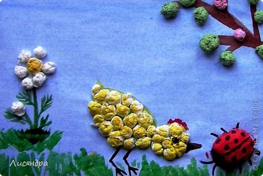 Задача - поделка для детского сада из бросового материала. Решили сделать с сыном картинку из обрывков разноцветных салфеток, скрученных в шарики. Сначала нарвали клочки салфеток, затем сидя перед ТВ накрутили несколько мисочек разноцветных шариков. Чтобы шарики легче и плотнее крутились, пальчики чуть-чуть смачивали водой. Занятие конечно монотонное и для ребёнка утомительное, зато какая зарядка для пальчиков! За вечер совместных стараний получилось много шариков. Часть их ушла на эту картинку. Из оставшихся шариков сделали поделки для своих мам (на 8 марта)  два друга моего сына, которых мы пригласили к себе домой. Работа кипела, лепить шарики в нарисованные мною контуры и раскрашивать их детям (5-6 лет) очень понравилось, результат их порадовал.  фото 2