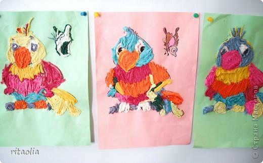 Эти попугайчики выполнены учениками шк. № 767 ,1 класс ГПД из салфеточных жгутиков. фото 1
