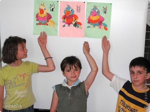 Эти попугайчики выполнены учениками шк. № 767 ,1 класс ГПД из салфеточных жгутиков. фото 2