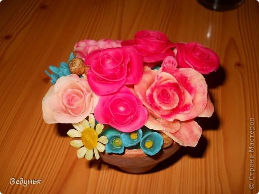 Композиция из ХФ.  Горшок керамика для комн. цветов. Залито парафином. Верхний слой парафина подкрашен зеленым цветом. Цветочки воткнуты в парафин.  фото 1