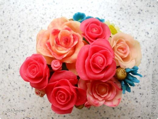 Композиция из ХФ.  Горшок керамика для комн. цветов. Залито парафином. Верхний слой парафина подкрашен зеленым цветом. Цветочки воткнуты в парафин.  фото 3