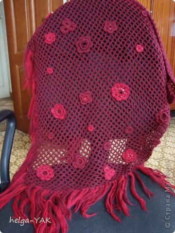Шаль связана простым узором-сетка.Для украшения связаны колечки  и цветы,вышитые бисером и пайетками в тон пряжи .Цветы и колечки пришиваются к сетке. фото 2