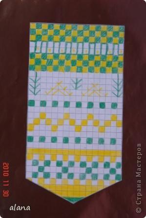 Такие симпатичные варежки создали ребята на уроке рисования. Сама варежка рисовалась на клетчатой бумаге. А когда узор был создан, наклеена на фон.  фото 7