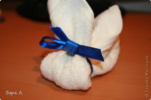 Научу вас делать вот такого зайчика (кролика) из полотенца-салфетки. Можно дарить в виде сувенира, как символ наступающего года Кролика. фото 7