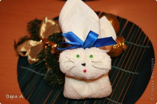 Научу вас делать вот такого зайчика (кролика) из полотенца-салфетки. Можно дарить в виде сувенира, как символ наступающего года Кролика. фото 8