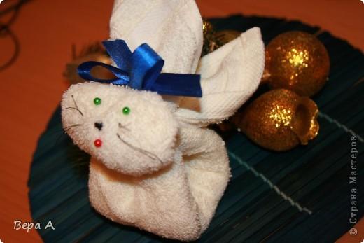 Научу вас делать вот такого зайчика (кролика) из полотенца-салфетки. Можно дарить в виде сувенира, как символ наступающего года Кролика. фото 1