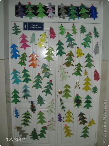 Вот такую нарядную елку-поздравление с фотографиями учителей  мы сделали по секрету от учеников к Новому году! фото 3