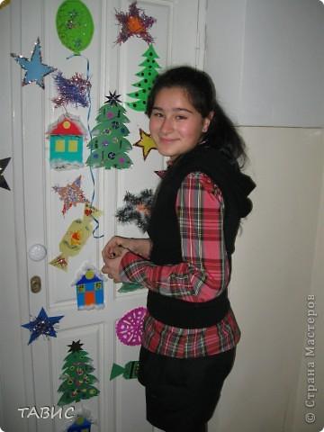 Вот такую нарядную елку-поздравление с фотографиями учителей  мы сделали по секрету от учеников к Новому году! фото 7