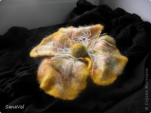 """Брошь,заколка для волос и серьги """"Яркая осень"""" Материалы: шерсть,каркас,х/б нитки,бисер. Изготовлены методом сухого и мокрого валяния фото 3"""