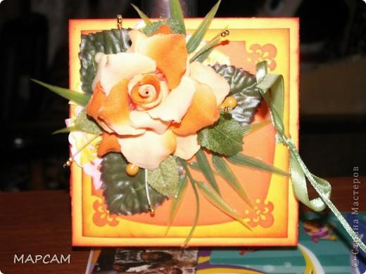 """Здравствуйте, дорогие Мастерицы и Мастера. Поздравляю вас всех с днем рождения нашей Страны. Желаю всем творческих успехов, благополучия, неиссякаемой фантазии, золотых ручек, безумного таланта и всего самого наилучшего. Выставляю на ваш суд еще одну свою работу. Попросили сделать коробочку для денег (делала по мастер-классу http://mu-ha.blogspot.com/2009/09/blog-post_11.html) на день рождения. И хотя сейчас стоят морозы и очень  холодно, захотелось мне солнца, ярких цветов и лета. В своих """"запасниках"""" и """"развалах"""" нашла оранжевую розу на резинке - заколку для волос. Ребенок ее не применяет по назначению... а у меня """"засвербило"""" ее как-то использовать. И вот результат. Яркая летняя (в -21 по Цельсию) открытка-коробочка. Итак, это общий вид. фото 1"""