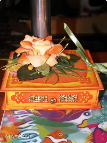 """Здравствуйте, дорогие Мастерицы и Мастера. Поздравляю вас всех с днем рождения нашей Страны. Желаю всем творческих успехов, благополучия, неиссякаемой фантазии, золотых ручек, безумного таланта и всего самого наилучшего. Выставляю на ваш суд еще одну свою работу. Попросили сделать коробочку для денег (делала по мастер-классу http://mu-ha.blogspot.com/2009/09/blog-post_11.html) на день рождения. И хотя сейчас стоят морозы и очень  холодно, захотелось мне солнца, ярких цветов и лета. В своих """"запасниках"""" и """"развалах"""" нашла оранжевую розу на резинке - заколку для волос. Ребенок ее не применяет по назначению... а у меня """"засвербило"""" ее как-то использовать. И вот результат. Яркая летняя (в -21 по Цельсию) открытка-коробочка. Итак, это общий вид. фото 2"""