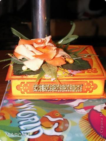 """Здравствуйте, дорогие Мастерицы и Мастера. Поздравляю вас всех с днем рождения нашей Страны. Желаю всем творческих успехов, благополучия, неиссякаемой фантазии, золотых ручек, безумного таланта и всего самого наилучшего. Выставляю на ваш суд еще одну свою работу. Попросили сделать коробочку для денег (делала по мастер-классу http://mu-ha.blogspot.com/2009/09/blog-post_11.html) на день рождения. И хотя сейчас стоят морозы и очень  холодно, захотелось мне солнца, ярких цветов и лета. В своих """"запасниках"""" и """"развалах"""" нашла оранжевую розу на резинке - заколку для волос. Ребенок ее не применяет по назначению... а у меня """"засвербило"""" ее как-то использовать. И вот результат. Яркая летняя (в -21 по Цельсию) открытка-коробочка. Итак, это общий вид. фото 3"""