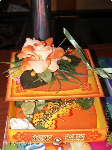 """Здравствуйте, дорогие Мастерицы и Мастера. Поздравляю вас всех с днем рождения нашей Страны. Желаю всем творческих успехов, благополучия, неиссякаемой фантазии, золотых ручек, безумного таланта и всего самого наилучшего. Выставляю на ваш суд еще одну свою работу. Попросили сделать коробочку для денег (делала по мастер-классу http://mu-ha.blogspot.com/2009/09/blog-post_11.html) на день рождения. И хотя сейчас стоят морозы и очень  холодно, захотелось мне солнца, ярких цветов и лета. В своих """"запасниках"""" и """"развалах"""" нашла оранжевую розу на резинке - заколку для волос. Ребенок ее не применяет по назначению... а у меня """"засвербило"""" ее как-то использовать. И вот результат. Яркая летняя (в -21 по Цельсию) открытка-коробочка. Итак, это общий вид. фото 4"""