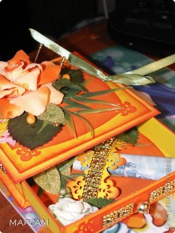 """Здравствуйте, дорогие Мастерицы и Мастера. Поздравляю вас всех с днем рождения нашей Страны. Желаю всем творческих успехов, благополучия, неиссякаемой фантазии, золотых ручек, безумного таланта и всего самого наилучшего. Выставляю на ваш суд еще одну свою работу. Попросили сделать коробочку для денег (делала по мастер-классу http://mu-ha.blogspot.com/2009/09/blog-post_11.html) на день рождения. И хотя сейчас стоят морозы и очень  холодно, захотелось мне солнца, ярких цветов и лета. В своих """"запасниках"""" и """"развалах"""" нашла оранжевую розу на резинке - заколку для волос. Ребенок ее не применяет по назначению... а у меня """"засвербило"""" ее как-то использовать. И вот результат. Яркая летняя (в -21 по Цельсию) открытка-коробочка. Итак, это общий вид. фото 5"""