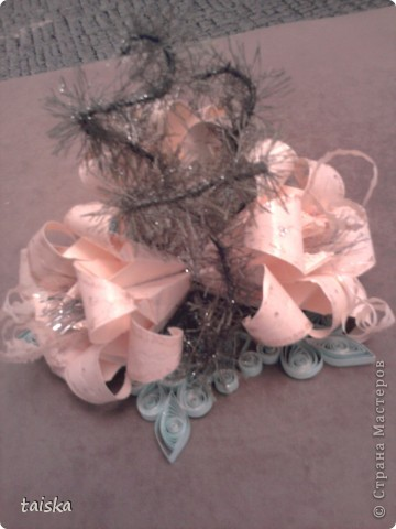 Основа - снежинка (квилинг). Цветочки - оригами модули лилии. Веточки - нитки намотанные на проволочку. фото 3