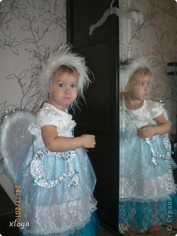 А вот и мой ангелочек! Этот новогодний костюм я сшила сама. А идея появилась совсем случайно, в магазине я увидела крылышки ангела. фото 1