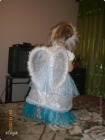 А вот и мой ангелочек! Этот новогодний костюм я сшила сама. А идея появилась совсем случайно, в магазине я увидела крылышки ангела. фото 3