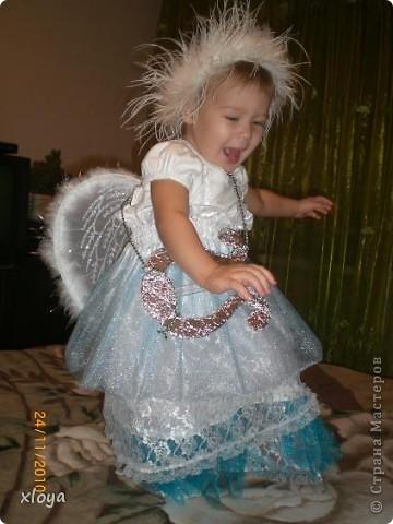А вот и мой ангелочек! Этот новогодний костюм я сшила сама. А идея появилась совсем случайно, в магазине я увидела крылышки ангела. фото 2