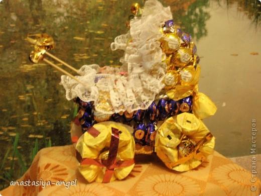 Вот такую сладкую коляску мы всей семьёй смастерили на свадьбу молодым. Внутрь её мы положили деньги (вместо конверта). фото 3