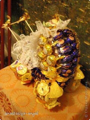 Вот такую сладкую коляску мы всей семьёй смастерили на свадьбу молодым. Внутрь её мы положили деньги (вместо конверта). фото 4