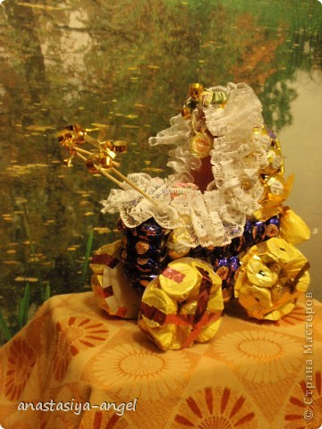 Вот такую сладкую коляску мы всей семьёй смастерили на свадьбу молодым. Внутрь её мы положили деньги (вместо конверта).