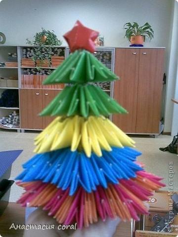 Вот такая новогодняя елочка, за основу взяла модульное оригами, посадила ее на карандаш, очень здорово получилось