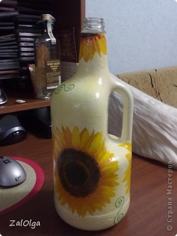 Моя самая первая бутылочка, начиталась всего, а материала подходящего не было, вот и состряпала первую бутылочку из того что было) Хоть в ней и миллион ошибок, она мне дорога тем, что первая в моем знакомстве с декупажем!! фото 3