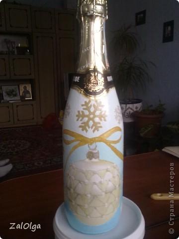 Моя самая первая бутылочка, начиталась всего, а материала подходящего не было, вот и состряпала первую бутылочку из того что было) Хоть в ней и миллион ошибок, она мне дорога тем, что первая в моем знакомстве с декупажем!! фото 4