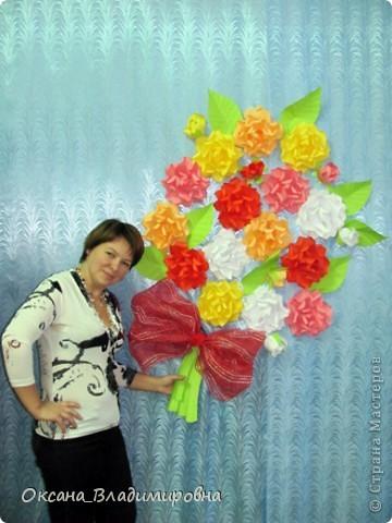 Всем доброго времени суток! Хочется, похвастаться работай детишек, и поблагодарить за МК лика2010 Спасибо вам большое. http://stranamasterov.ru/node/54051 Я веду кружок с детишками старшей и подготовительной группы, вот такой подарок мы им приготовили. Каждая группа мастерила несколько цветков, а когда все цветы были готовы, мы оформили музыкальный зал, у нас получился большой букет для мамы.  И дети довольны своей работай и мамам было очень приятно )))  фото 2