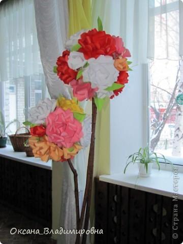 Всем доброго времени суток! Хочется, похвастаться работай детишек, и поблагодарить за МК лика2010 Спасибо вам большое. http://stranamasterov.ru/node/54051 Я веду кружок с детишками старшей и подготовительной группы, вот такой подарок мы им приготовили. Каждая группа мастерила несколько цветков, а когда все цветы были готовы, мы оформили музыкальный зал, у нас получился большой букет для мамы.  И дети довольны своей работай и мамам было очень приятно )))  фото 4