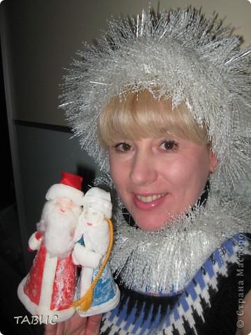 Дедушка Мороз и Снегурочка сделаны на основе бумажных конусов, а отделка их шуб и шапочек из ваты и марли.