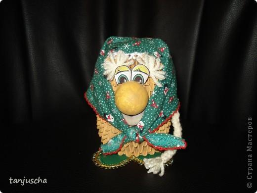 Бабуля подготавливается к Новому году .Закончила делать уборку и надела праздничный платок.Авторская работа фото 3