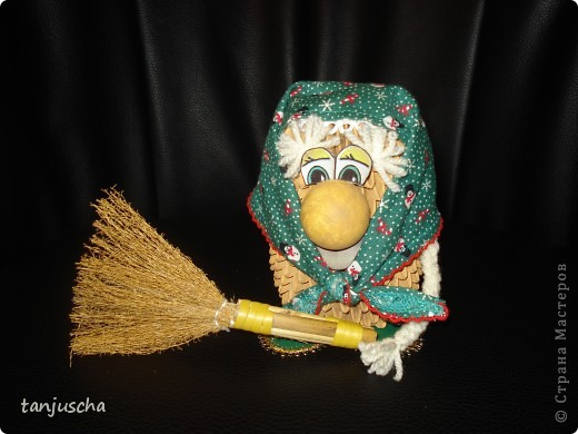 Бабуля подготавливается к Новому году .Закончила делать уборку и надела праздничный платок.Авторская работа фото 2