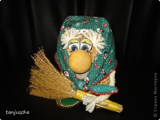 Бабуля подготавливается к Новому году .Закончила делать уборку и надела праздничный платок.Авторская работа фото 1