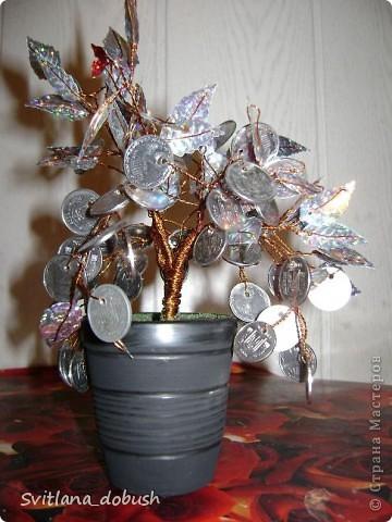 викоистані 1 та 2 копіечні монетки та паетки у вигляді листя.