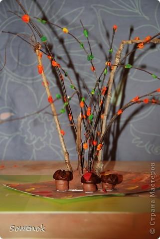 Поделка посвящена осени :) Делали с сыном (2,9) для детского сада. Материал использовали природный (ветки, каштаны) плюс пластилин. фото 1