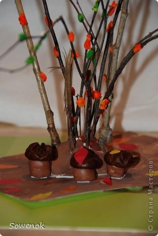 Поделка посвящена осени :) Делали с сыном (2,9) для детского сада. Материал использовали природный (ветки, каштаны) плюс пластилин. фото 2